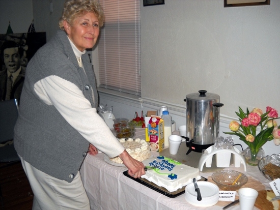 carole-cutting-cake-550